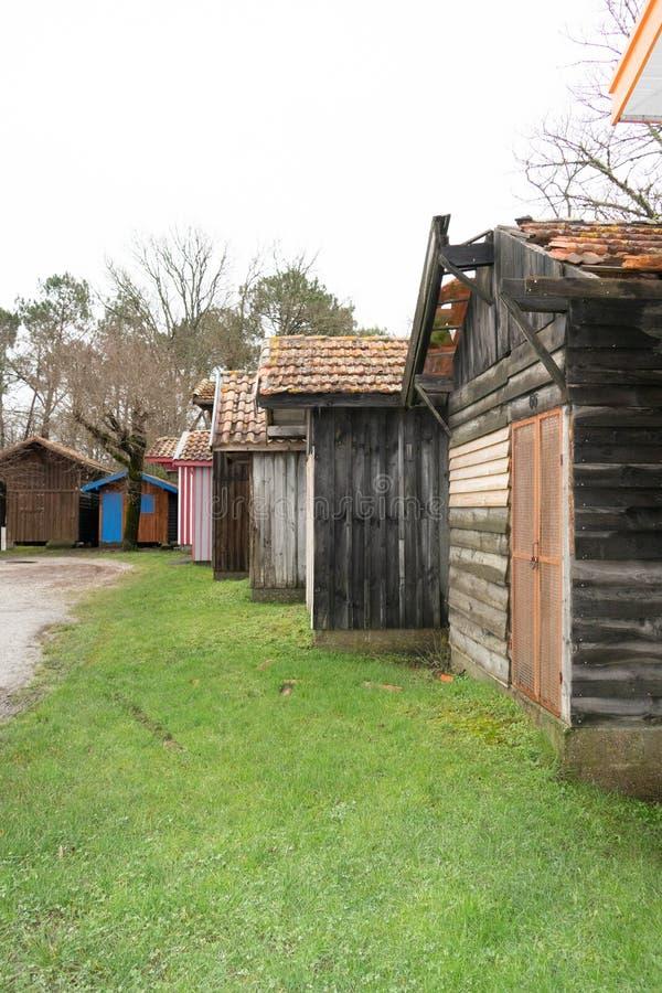 Maisons de pêche en bois de village d'huître dans les biganos gauches dans la baie d'Arcachon en France image libre de droits