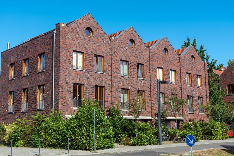 Maisons de rangée faites de briques rouges photographie stock libre de droits
