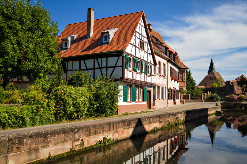 Maisons de Timberframe au petit fleuve photographie stock libre de droits