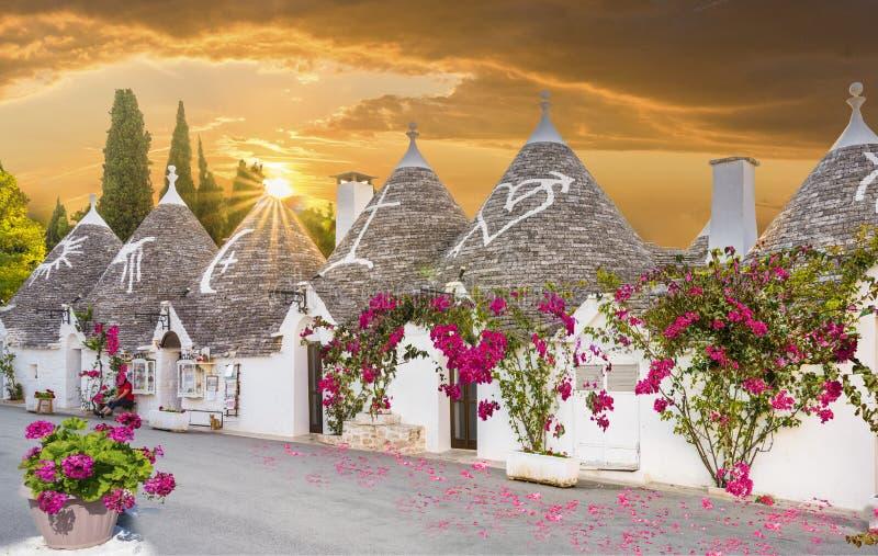 Maisons de Trulli dans la ville d'Alberobello au coucher du soleil, Pouilles, Italie photographie stock libre de droits