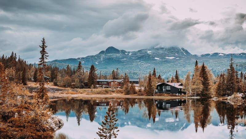 Maisons de vacances dans les montagnes norvégiennes au bord du lac, gaustatoppen, scandinavia, hytte image stock