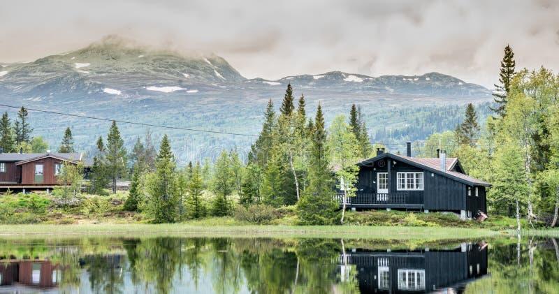Maisons de vacances dans les montagnes norvégiennes au bord du lac, gaustatoppen, scandinavia, hytte photographie stock