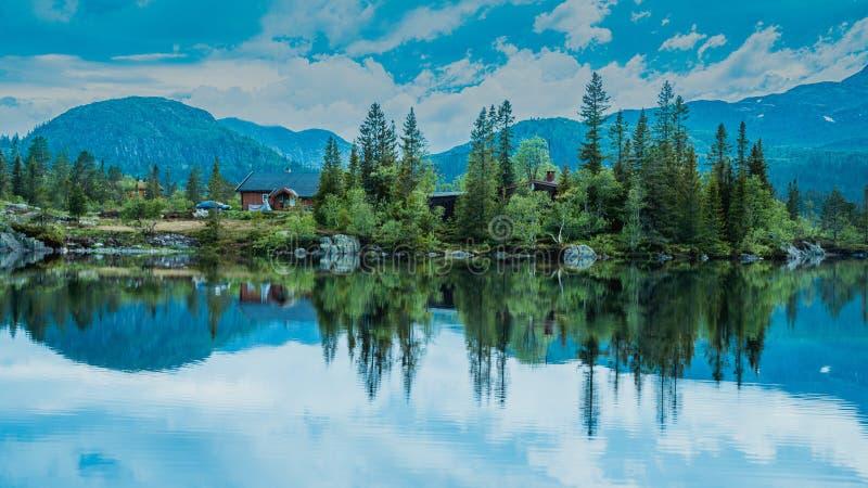 Maisons de vacances dans les montagnes norvégiennes au bord du lac, gaustatoppen, scandinavia, hytte image libre de droits