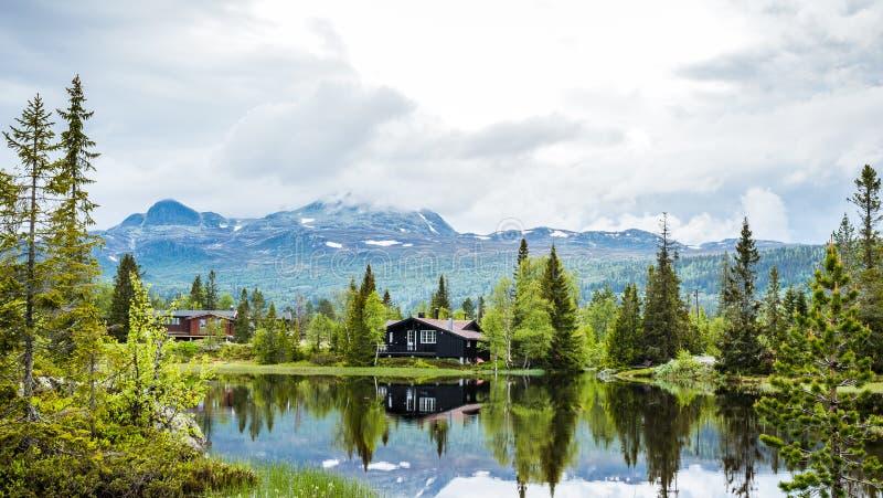 Maisons de vacances dans les montagnes norvégiennes au bord du lac, gaustatoppen, scandinavia, hytte photographie stock libre de droits