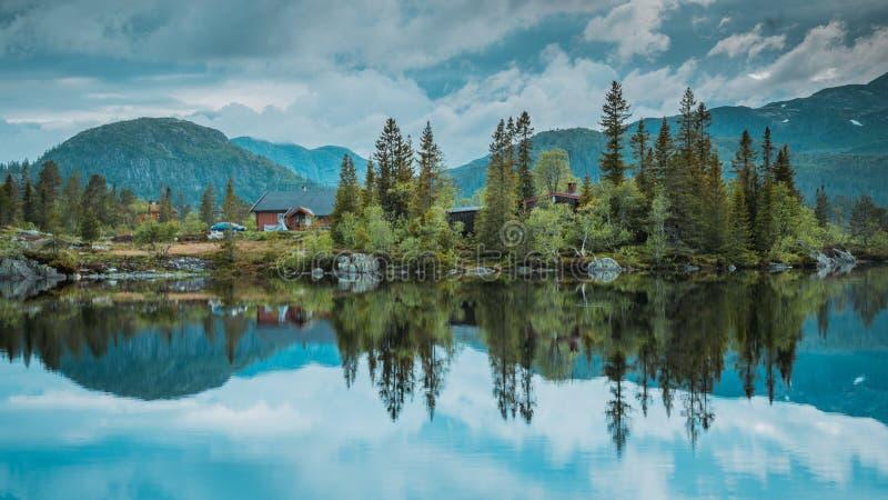 Maisons de vacances dans les montagnes norvégiennes au bord du lac, scandinavia, hytte photographie stock