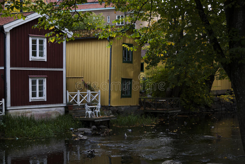 Maisons de ville par l'eau images libres de droits