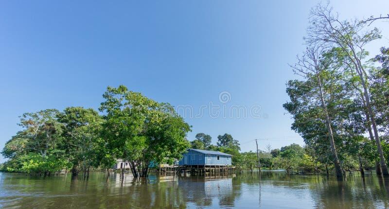 Maisons de Woode construites sur de hautes échasses au-dessus de l'eau, forêt tropicale d'Amazone images libres de droits
