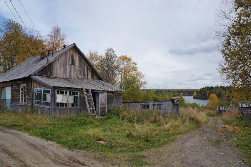 Maisons en bois abandonnées dans un village image libre de droits