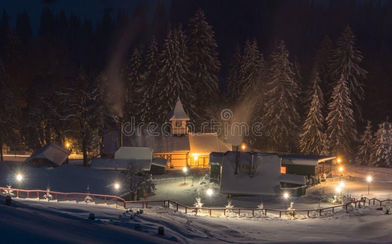 Maisons en bois dans les montagnes en hiver photographie stock