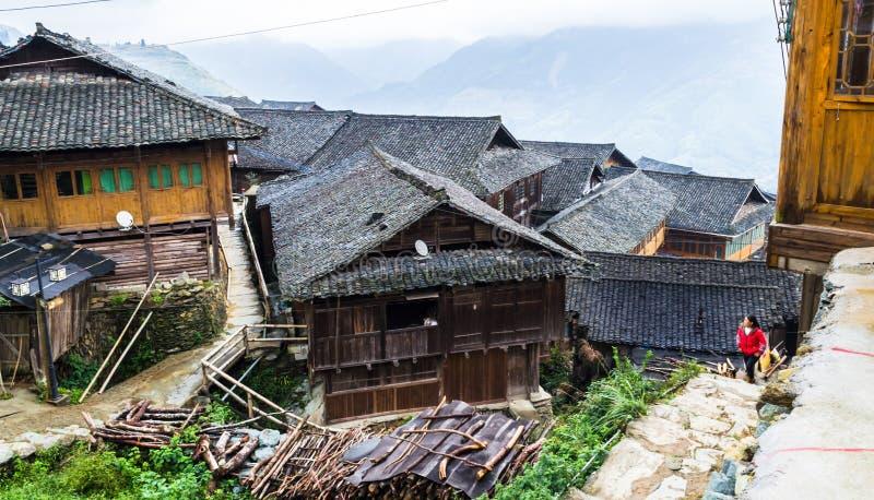 Maisons en bois de long Ji de chinois traditionnel village de minorité de Zhuang images libres de droits