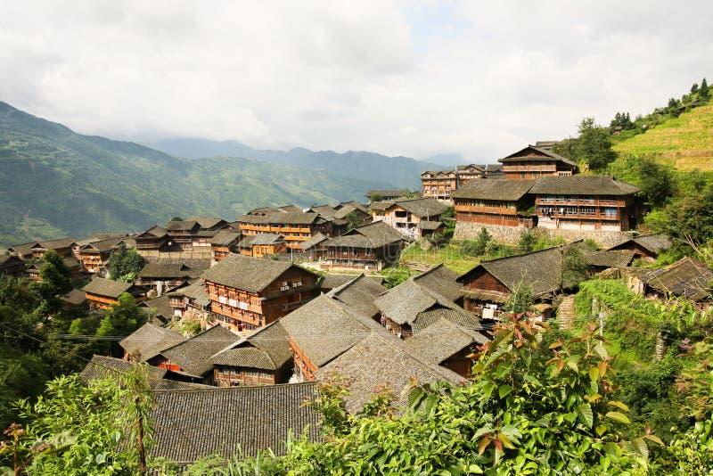 maisons en bois de village de chinois traditionnel image stock image du place vert 58863481. Black Bedroom Furniture Sets. Home Design Ideas
