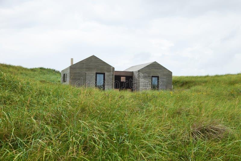 Maisons en bois modernes entourées par la pelouse image stock
