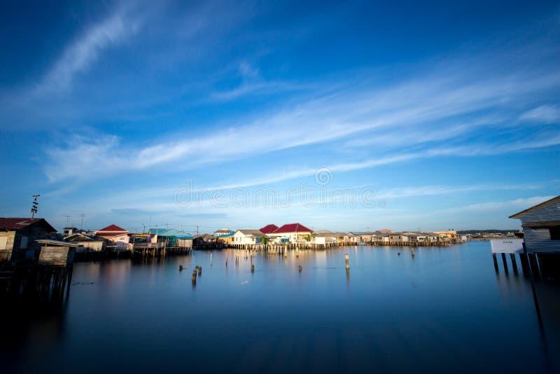 Maisons en bois sur le bord de la mer dans bintan du sud photos stock