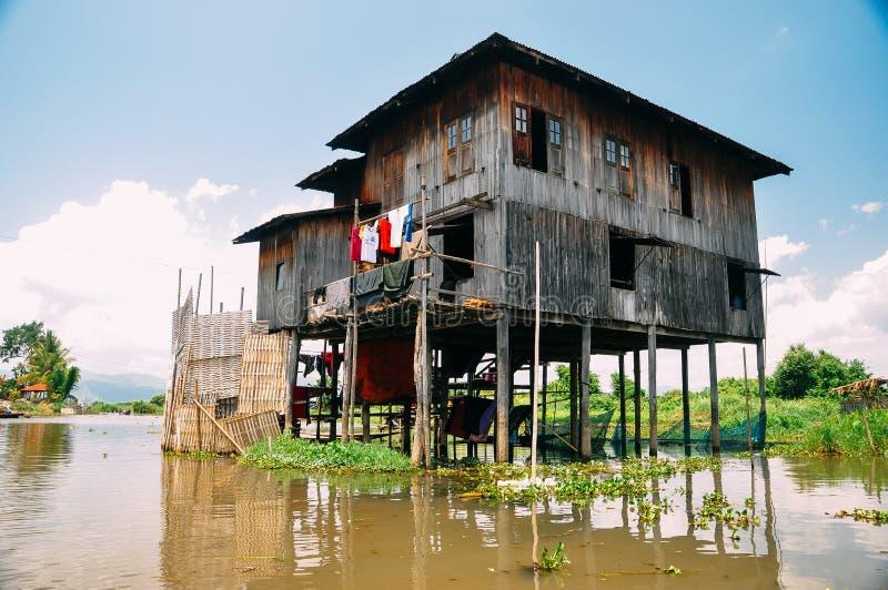 Maisons en bois traditionnelles d'échasse sur le lac Inle image libre de droits