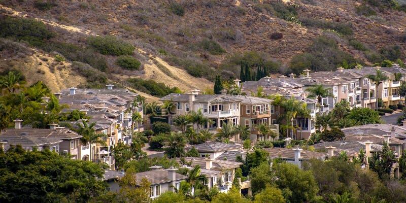 Maisons en San Clemente California près d'une colline image stock