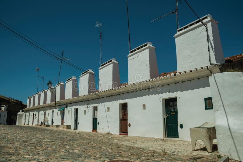 Maisons en terrasse avec la grande cheminée photo libre de droits