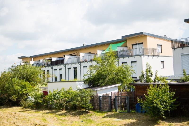 Maisons en terrasse avec le jardin en Allemagne photo libre de droits