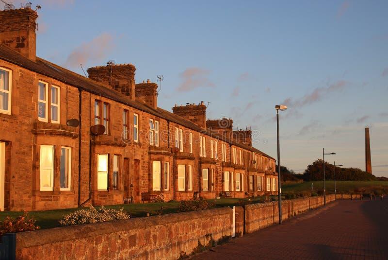 Maisons en terrasse en pierre à la lumière du soleil de début de la matinée image stock