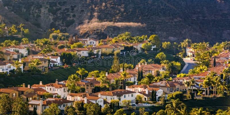 Maisons ensoleillées sur une colline en San Clemente California photo libre de droits