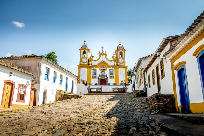 Maisons et église coloniales colorées dans la ville de Tiradentes - Minas Gerais, Brésil photos stock