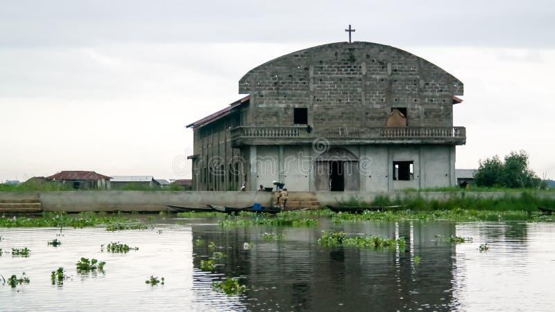 Maisons et église d'échasse dans le village de Ganvie sur le lac Nokoue, Bénin photos libres de droits