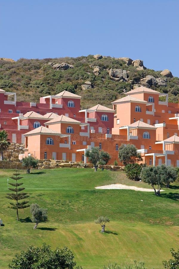 Maisons et appartements de luxe colorés sur le terrain de golf de Duquesa dedans photo stock