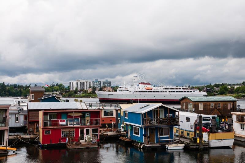 Maisons et bateau de flotteur du quai du pêcheur image libre de droits