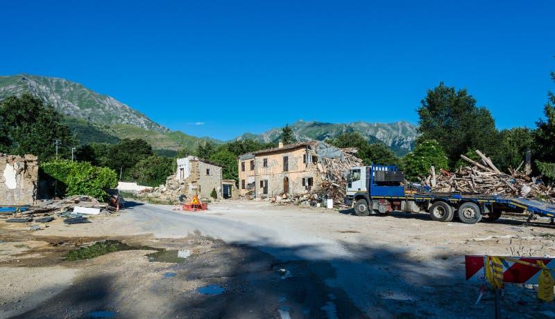 Maisons et blocaille détruites du tremblement de terre qui a frappé la ville d'Amatrice dans la région du Latium de l'Italie Le t photographie stock