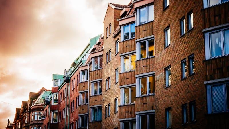 Maisons et bulidings colorés de vintage à la partie historique de Malmö image libre de droits