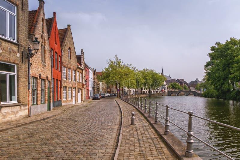 Maisons et canal traditionnels en briques rouges à Bruges, Belgique image libre de droits