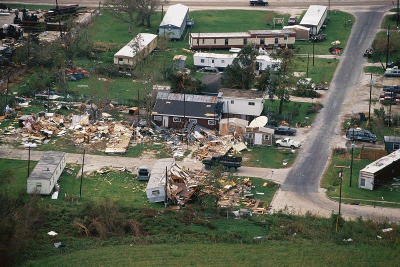 Maisons et maisons détruites par tornade photo libre de droits