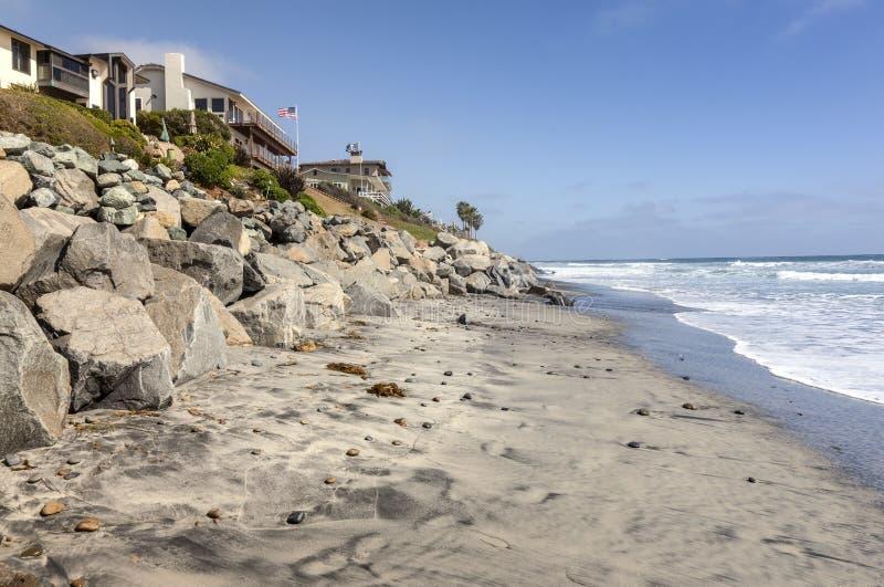 Maisons et rochers de littoral de San Diego la Californie image libre de droits