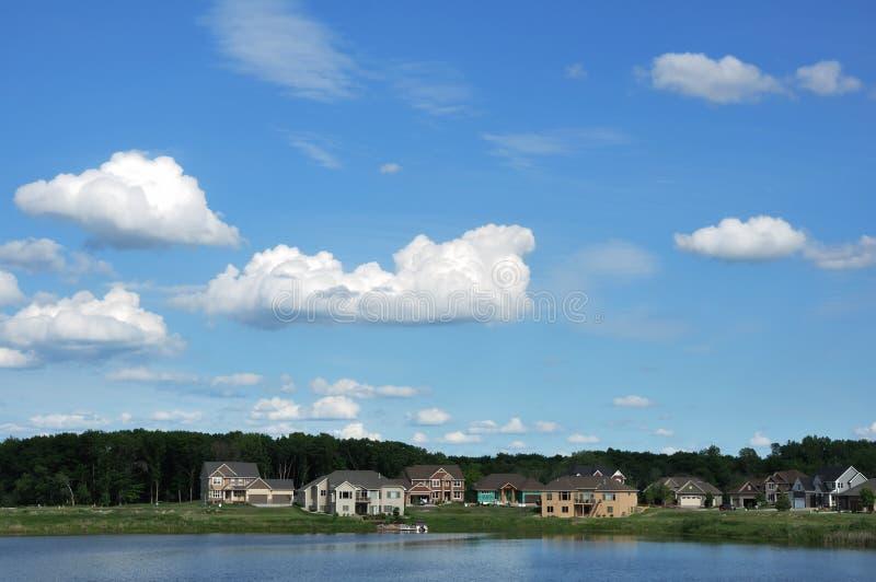 Maisons exécutives suburbaines sur le lac images libres de droits