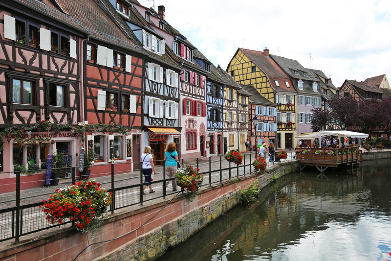 Maisons françaises traditionnelles colorées du côté de rivière Colmar images stock