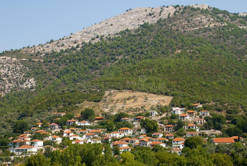 Maisons grecques colorées sur le flanc de coteau photo libre de droits