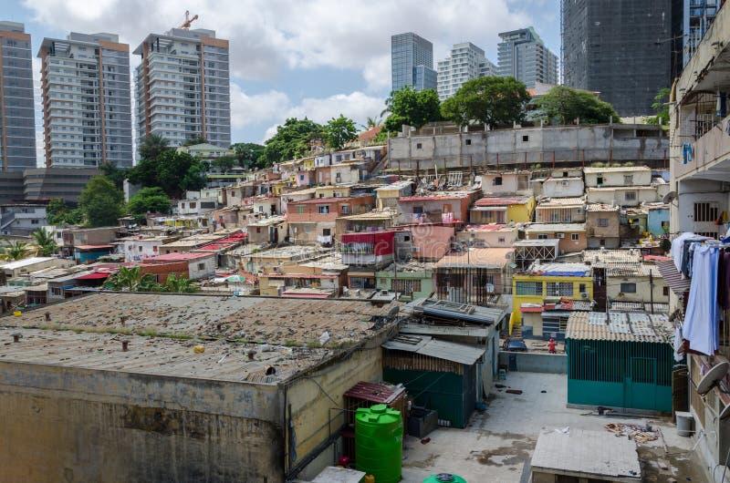 Maisons illégales colorées des pauvres habitants Luandas image libre de droits