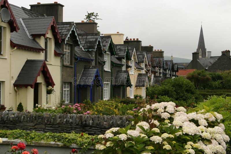 Maisons irlandaises dans une ligne image stock