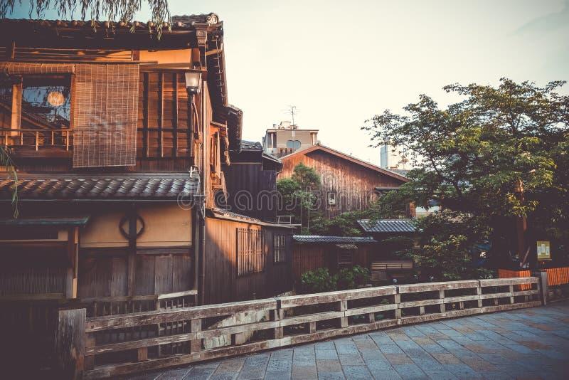 Maisons japonaises traditionnelles sur la rivière de Shirakawa, secteur de Gion, K photos stock