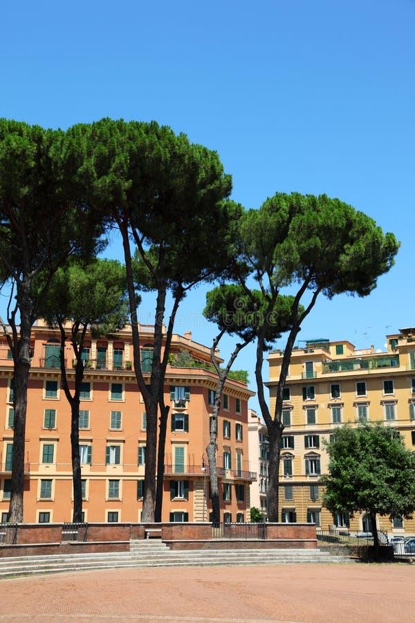 Maisons jaunes à plusiers étages à Rome image stock