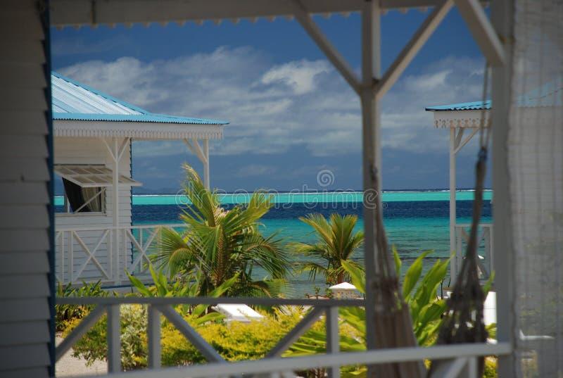 Maisons locales par la plage. Raiatea, Polynésie française image stock