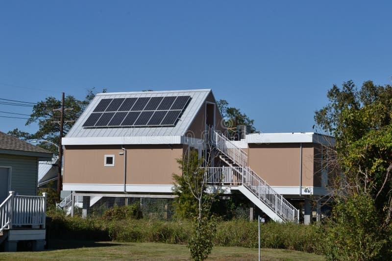 Maisons logeant à la maison avec les panneaux solaires photos libres de droits