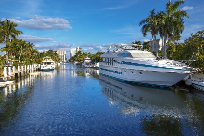 Maisons luxueuses de yacht et de bord de mer dans le fort photographie stock