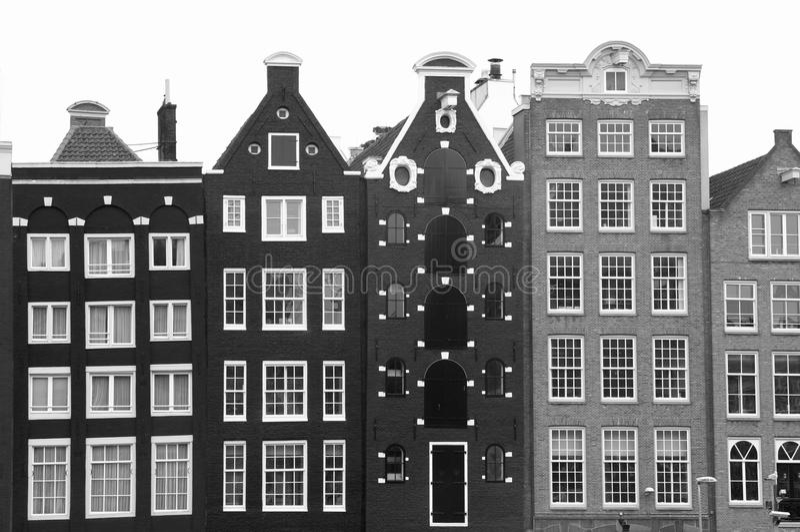 Maisons médiévales de canal à Amsterdam en noir et blanc photos stock