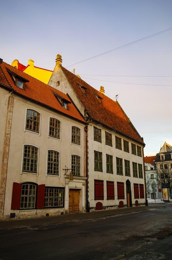 Maisons médiévales traditionnelles dans la rue de la vieille ville de Riga Hiver et neige image libre de droits