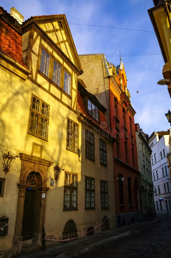 Maisons médiévales traditionnelles dans la rue de la vieille ville de Riga Hiver et neige photo stock