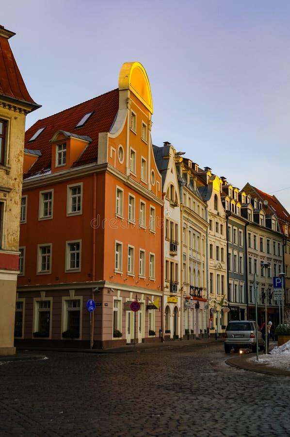 Maisons médiévales traditionnelles dans la rue de la vieille ville de Riga Hiver et neige photographie stock