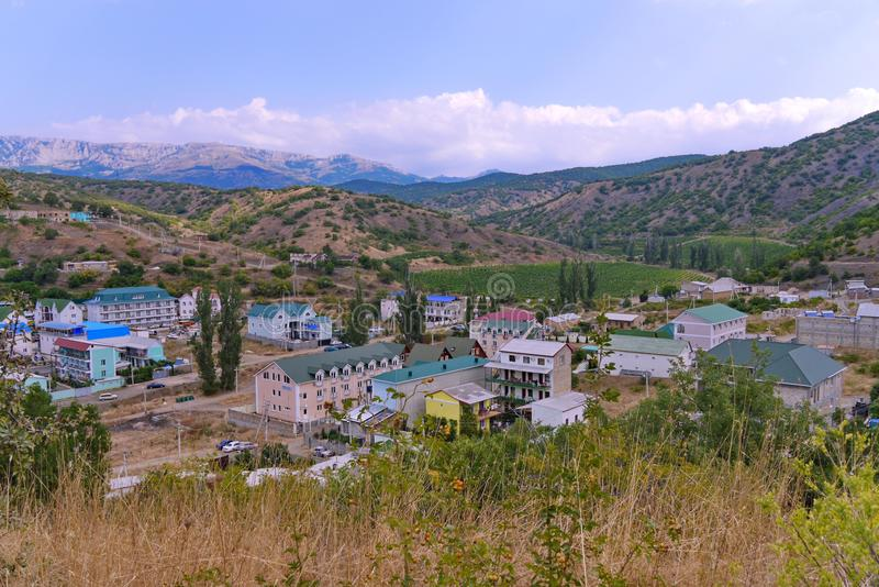 Maisons merveilleuses de station thermale au pied de montagnes d'enroulement contre le ciel bleu Un endroit à détendre avec la fa image libre de droits