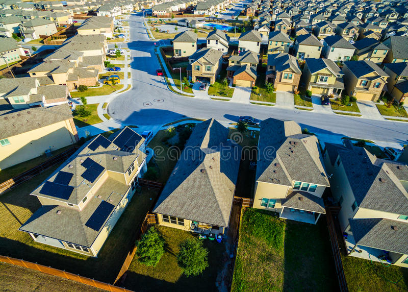 Maisons modernes vaste Texas Hill Country de banlieue de vue d'oeil du ` s d'oiseau de panneaux solaires photographie stock libre de droits