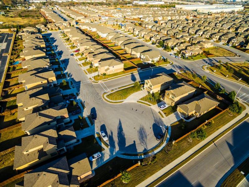 Maisons modernes vaste Texas Hill Country de banlieue de vue d'oeil du ` s d'oiseau de panneaux solaires de coucher du soleil photo stock
