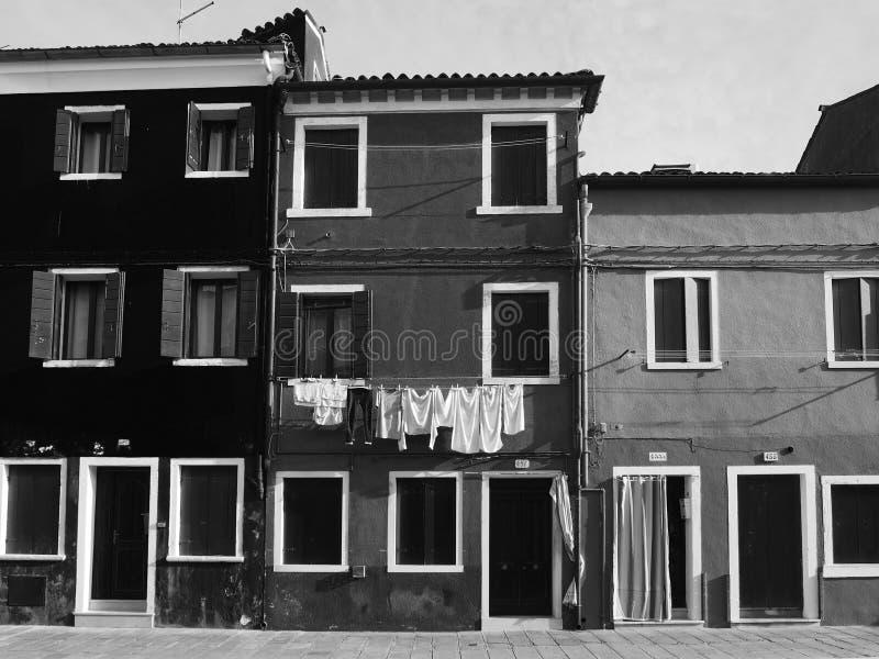 Maisons monochromes dans Burano images stock